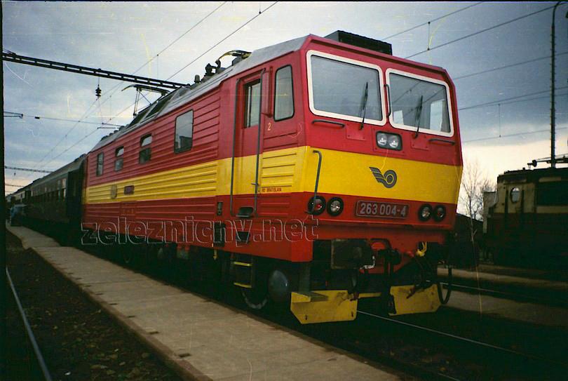 písal sa jún 1994 a v Šali zastavil večerný osobný vlak 2420 do Bratislavy, ktorý viezla princezná 263.004 už v novom rajčinovom nátere. Vpravo vykúka laminátka 240.073 na manipulačnom vlaku, foto Radek Ivanič