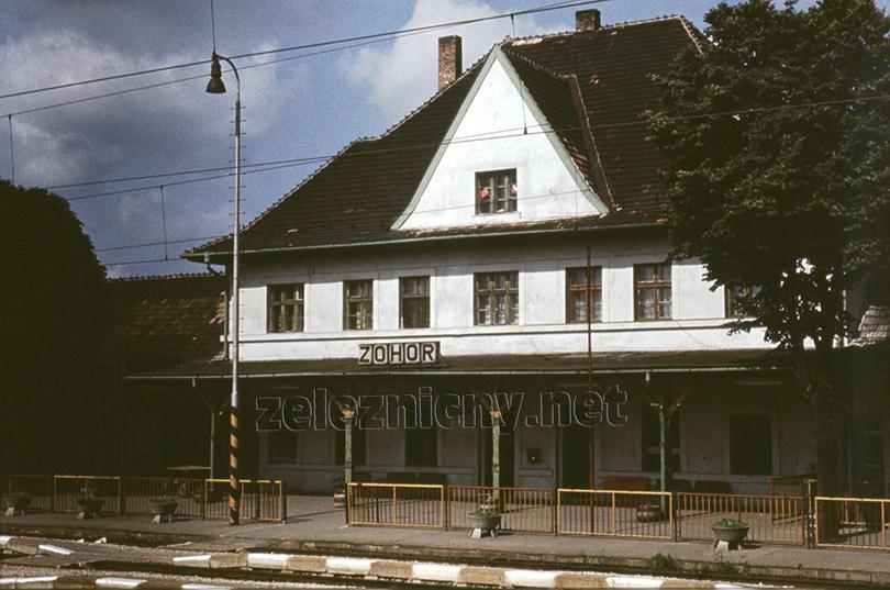 Budova stanice Zohor v roku 1982. Vpravo na prízemí sa nachádzala pôvodná dopravná kancelária.