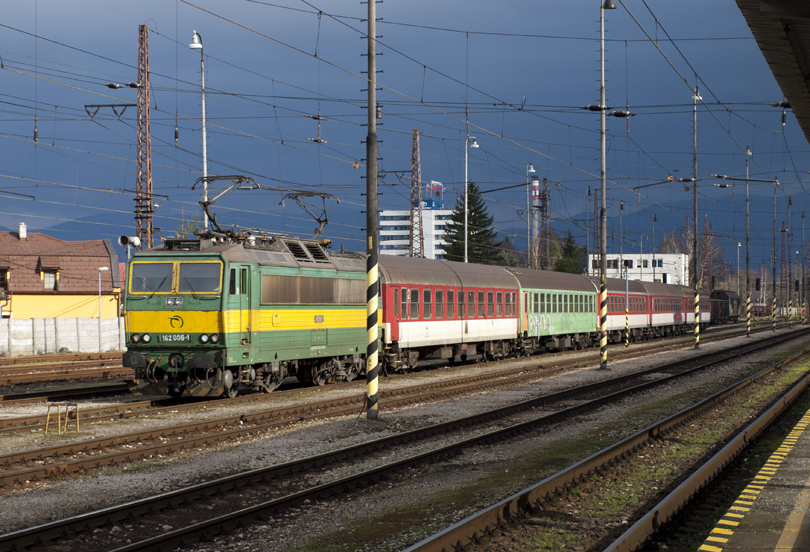 Paťo fotí na druhej strane odstavenú súpravu vlaku na osobný vlak.(Foto:fotohunter)