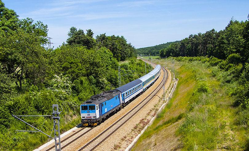 362 077 prechádza v smere do Prahy