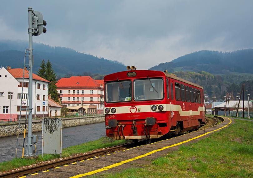 """Vlaková časť výletu pokračovala """"prenasledovaním"""" osobáku do Tisovca v podobe motoráku 812 006-9. Na fotke zachytený, ako vchádza do zastávky Brezno mesto."""