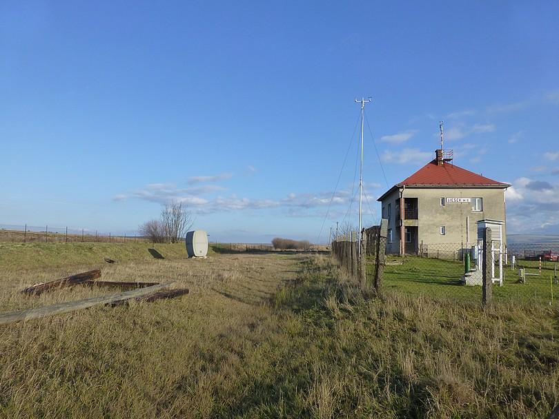 celkový pohľad na žst. Liesek ešte s nápisom stanice na južnej strane budovy