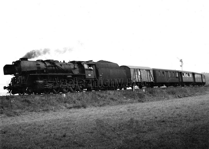 Lokomotiva 556.0289 v čele osobního vlaku Os 8307 míjí vjezdové návěstidlo do stanice Kostelec u Jihlavy dne 31. 8. 1973.