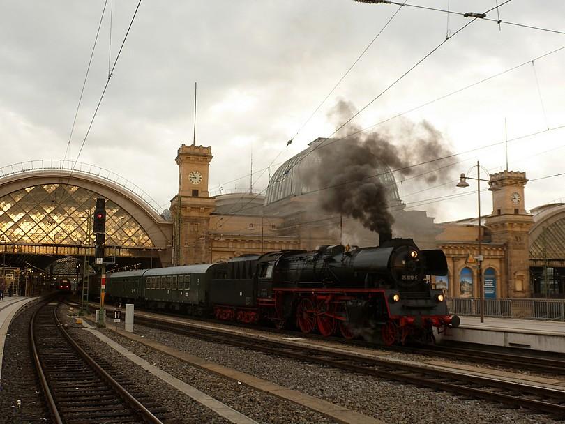 parný vlak z Cottbusu počas pobytu na dážďanskej stanici