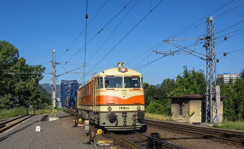 O pár metrov ďalej na výhybkach, ktoré vlak poslali na svoje miesto na stanici.(Foto:Duko)