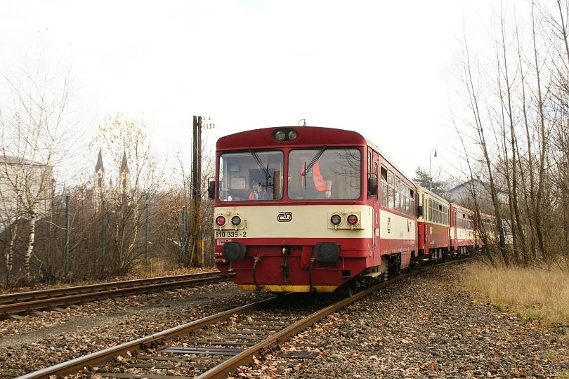 """Vlak prichádza k centru Orlovej. Vľavo Orlovská ,,katedrála"""" narození Panny Marie."""