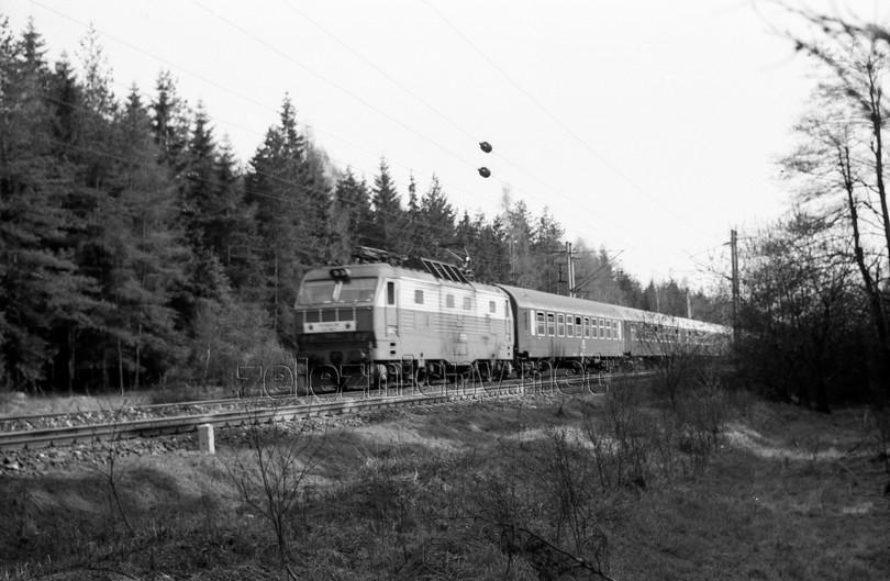 gorila ES 499.0010 na čele s prvomájovými transparentmi v čele Ex 74 neďaleko Žďáru nad Sázavou dňa 29.4.1977