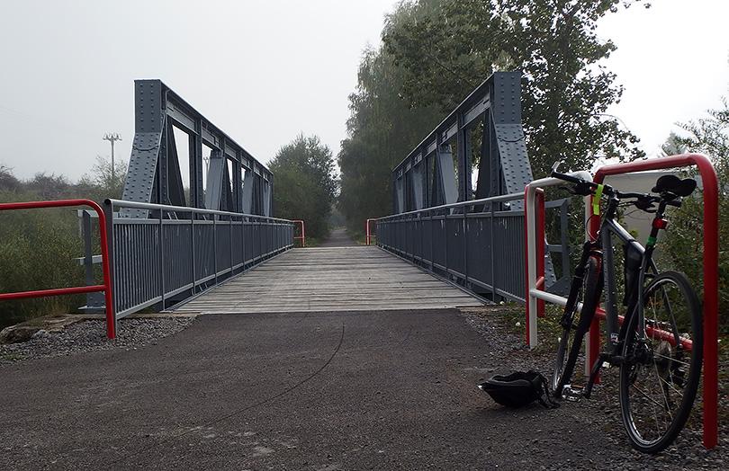 most ponad Oravicu v Trstenej. tu si cyklochodník našliapne na teleso železnice?. hmla, Orava, 5°C, dlhé tepláky zostali v skrini...