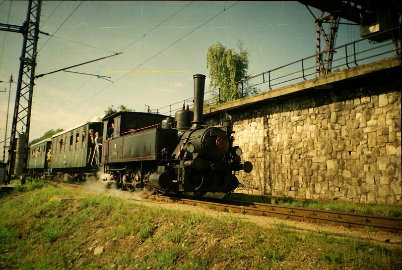 parný rušeň 310.433 vchádza s mimoriadnym vlakom do areálu depa