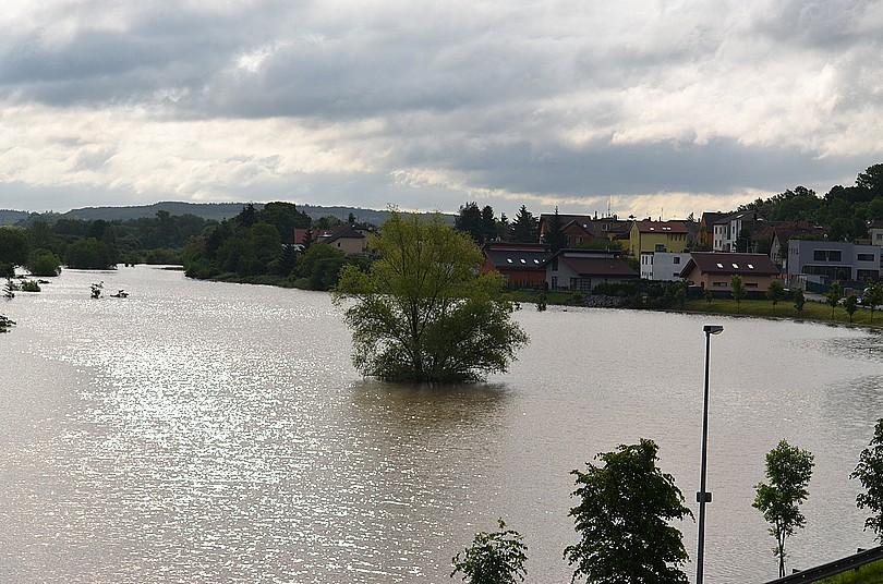 Rozvodněný potok Rokytka, Praha Kyje, 3.6.2013