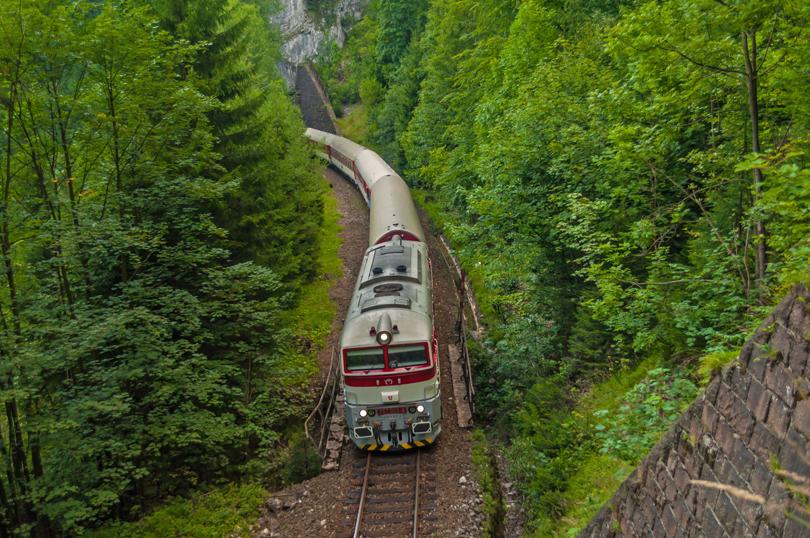 Za cecaňou šiel aj Detvan. Tu je zachytený medzi Túfenským a Rábkynským tunelom /foto Palo003/