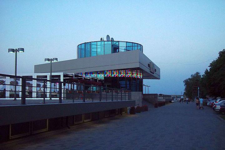 Na nábreží je tiež vidieť množstvo barov a reštaurácii. Mňa zajala budova nábrežnej diskotéky.