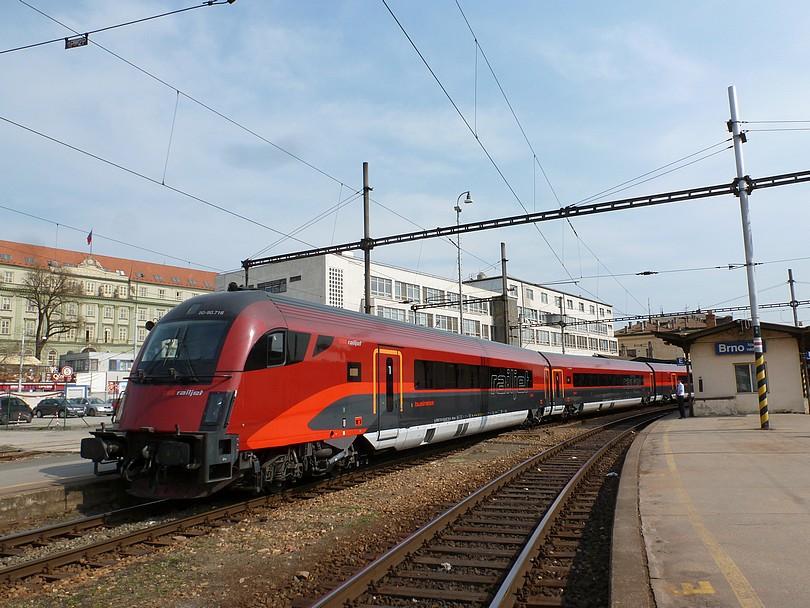 vchádzajúci mimoriadny vlak zozadu s pohľadom na riadiaci vozeň