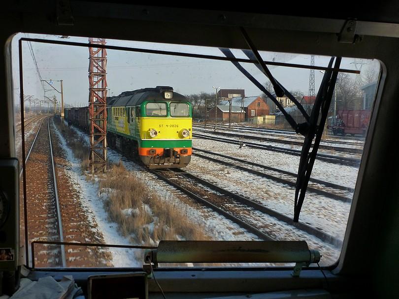vezieme sa v Poľsku na mašine, vezieme, a zrazu oproti nám široký sergej....