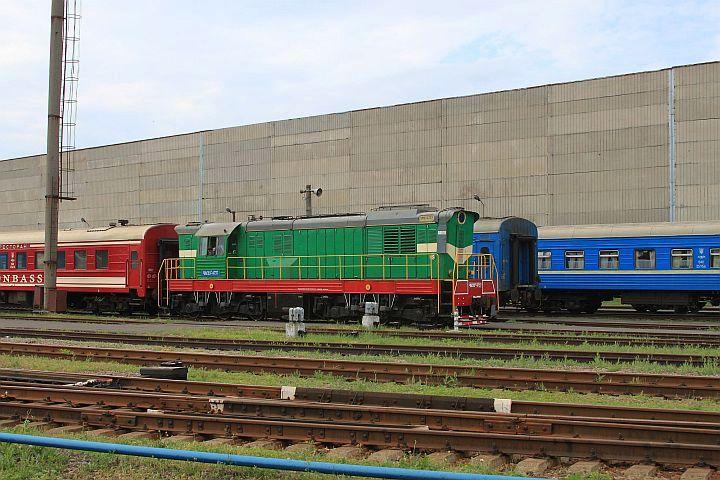 Pri odchode z RED-u som mal šťastie, keď som zachytil na opačnej strane podniku lokomotívu ČME 3 – 6737 s ucelenou súpravou Donbass-expresu.