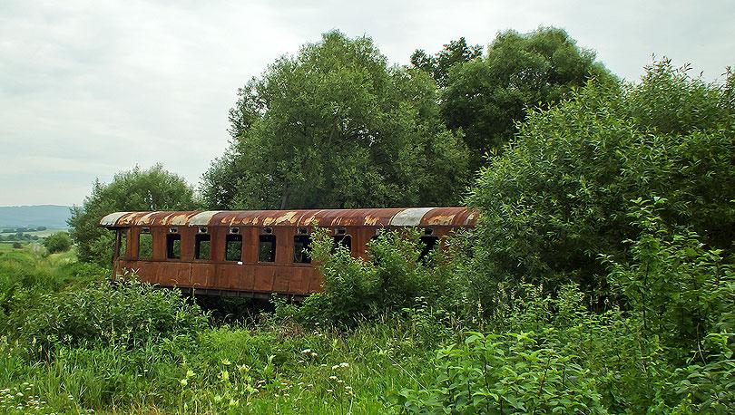 Okolie okolo mosta je zarastené burinou a stromami. Ale keď pôjdete od železničnej stanice po poľnej ceste už z diaľky uvidíte strechu vagóna.
