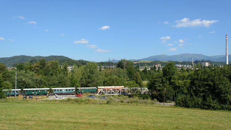 Pohľad na vlak aj s Nízkymi Tatrami v pozadí.(Foto:AladaR)