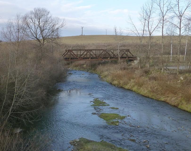ponad riečku sa klenie most po ktorom už pár desaťročí neprešiel žiaden vlak