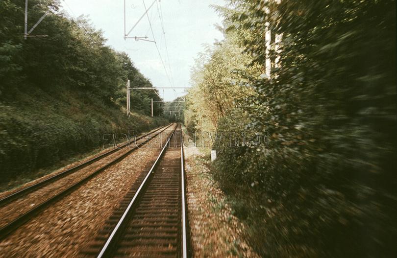 Úplne nové prvé oddielové návestidlo autobloku druhej traťovej koľaje za stanicou Lamač. Hradlo Hrubá Lúka bolo zrušené v roku 1982.