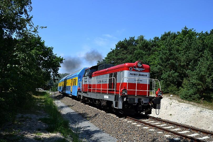 ten istý osobný vlak, zachytený o pár metrov ďalej, už v pozadí s borovicovým hájom a piesočnom dunou, 17.7.2014