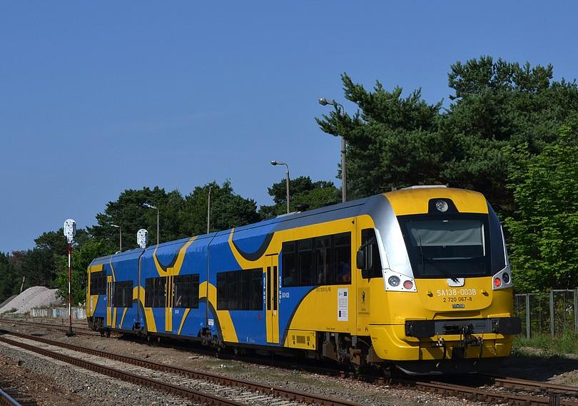 poobedný osobný vlak do Gdyne tvorený jednotkou SA138-003 opúšťa stanicu Hel, 16.7.2014