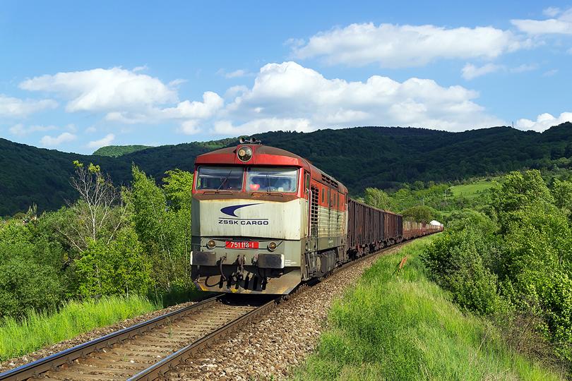 Máj – Zamračená 751.118 s Mn 82210 klesá do stanice Lipovník. 18.05.2015