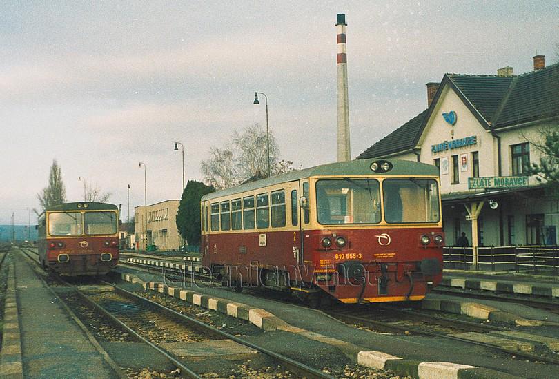 a čulý ruch v žst. Zlaté Moravce po príjazde vlakov z troch smerov (2003)