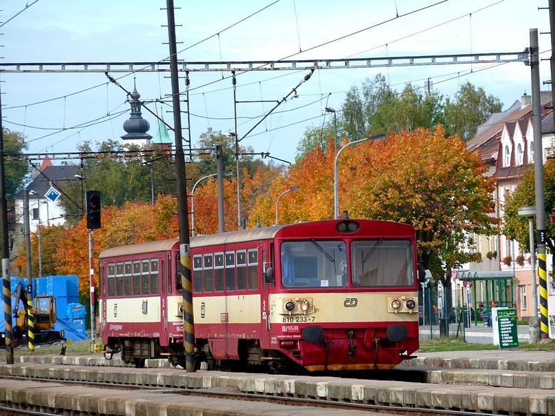 letohradský motorák 810.233 prišiel z Doudleb nad Orlicí a jeho kulisu dotvárajú jeseňou sfarbené čerešne