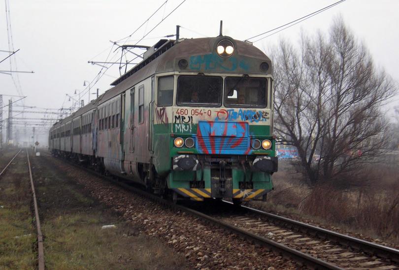 Na jednotku 460.054+053 som mal šťastie iba raz. V sychravom počasí odchádza ako Os8769 z Prešova. 5.12.2006 (Ivan)