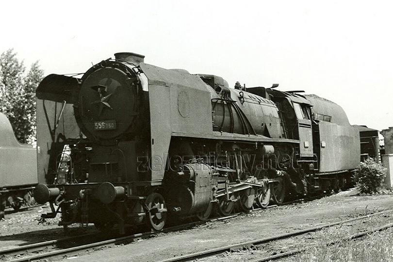 Lokomotiva 556.050 v depu Nové Zámky dne 2. 6. 1977. Tato lokomotiva byla dočasně přizpůsobena na vytápění práškovým uhlím a v té době nesla označení 556.101.