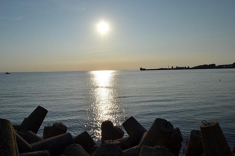 slniečko zanedlho zapadne za horizont, s odrazom na morskej hladine a čiastočným pohľadom na helský prístav, 17.7.2014