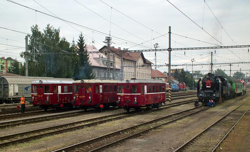 """Trojica Hurvínkov ( M 131.1443, M 131.1125, M 131.1053) pripravená na štart a vpravo 464.001 """"Ušatá"""" privavená na návoz do stanice Kriváň"""