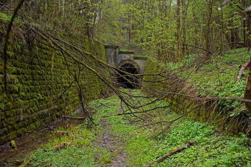 """Muránsky portál tunela pod Dielikom si príroda akoby """"privlastnila""""."""