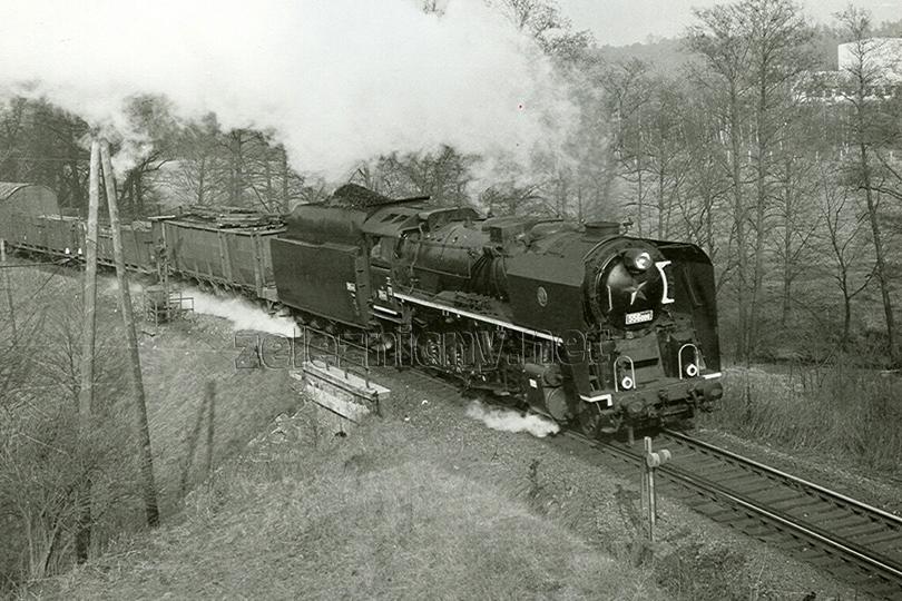 556.006 a nákladní vlak z Jihlavy do Veselí nad Lužnicí u Kostelce u Jihlavy dne 15. 2. 1974.