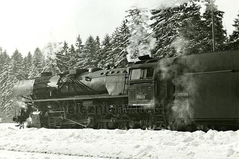 Lokomotiva s výrobním číslem 3000 – 556.0233 ve stanici Jedlová dne 24. 11. 1975.