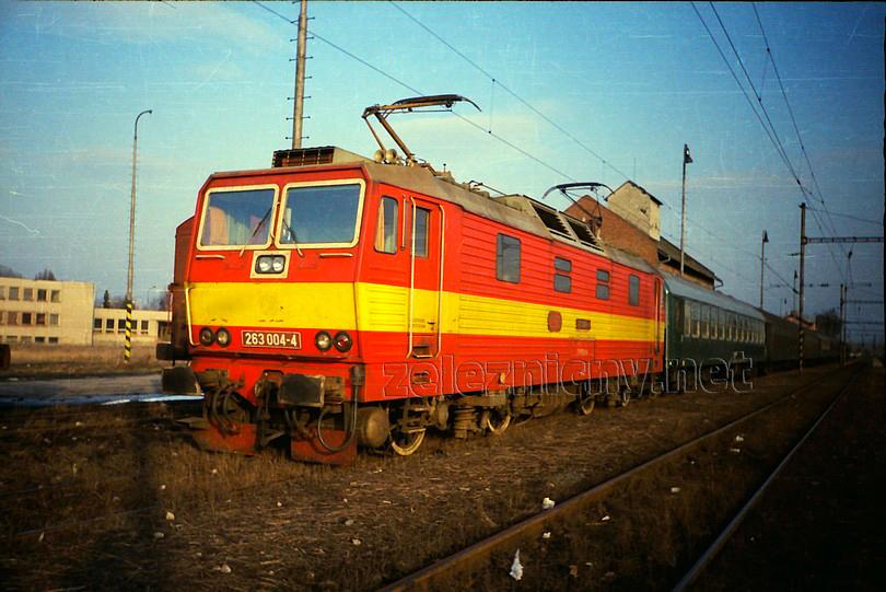 nedeľný posilový začínajúci osobný vlak zo Šale do Bratislavy Nového Mesta vozili turnusové bratislavské princezné. Na jesennom zábere zo Šale roku 1992 je v čele tohto vlaku princezná 263.004 ešte vo výrobnom nátere. Foto Radek Ivanič