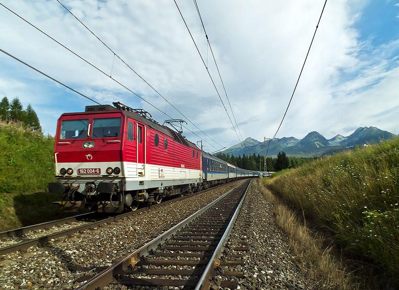 Modro-červené zloženie aj dnes a dokonca s Tatrami. Za červenú farbu to bola 162 004.(Foto:DjMiscin)