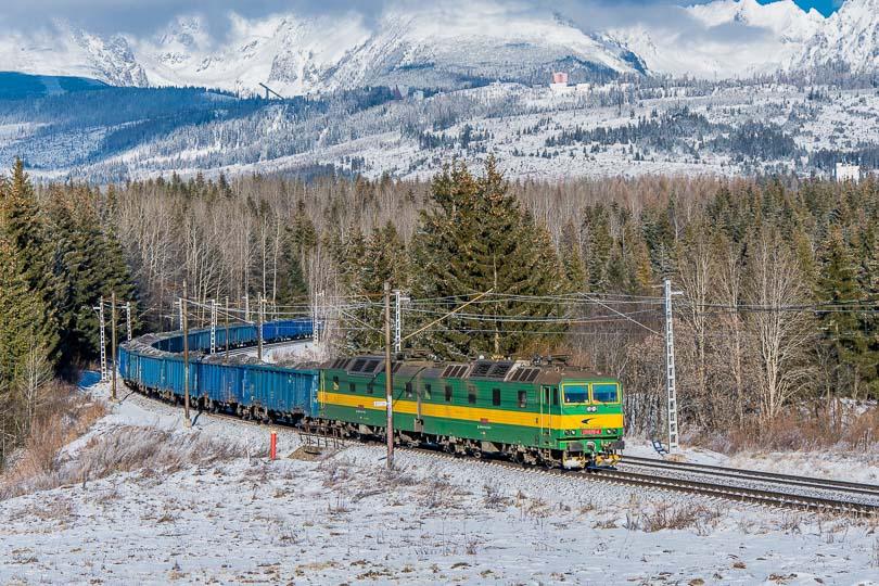 Nákladný vlak s dvojičkou 131075-076.