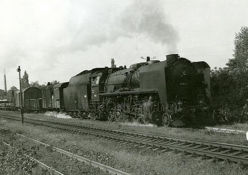 Manipulační vlak z Trenčianské Teplé přijíždí do stanice Veselí nad Moravou dne 5. 9. 1974. V čele je lokomotiva 556.074.
