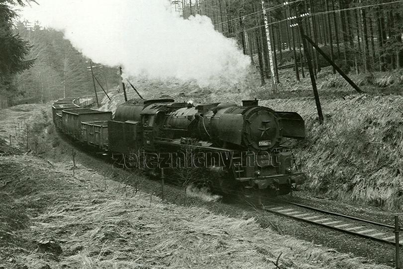 Lokomotiva 556.0271 s vlakem uhláků do pánve opouští stanici Jedlová dne 15. 4. 1975.