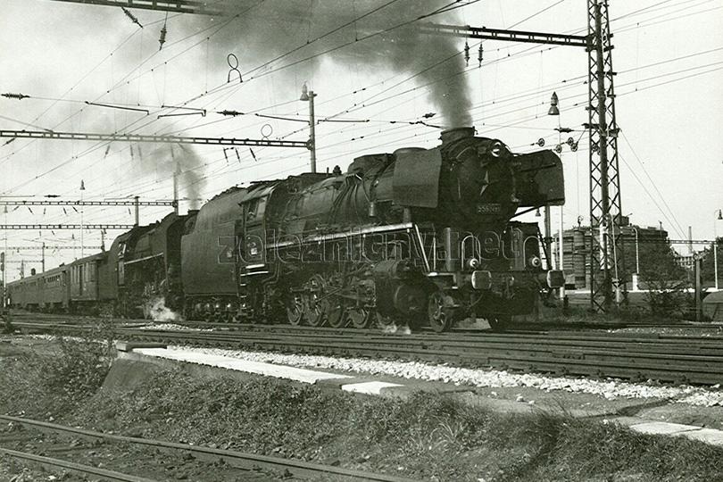 Stanice České Budějovice dne 30. 8. 1974. Na odjezdu je vlak Os 18007 vedený lokomotivou 475.171 a na přípřeži jede štokr 556.0493.
