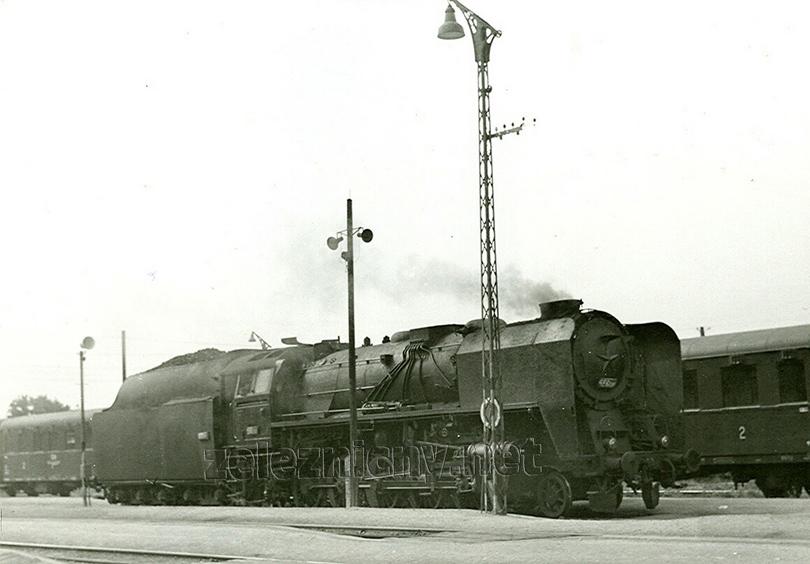 Poslední lokomotiva řady 556.080 s velkými usměrňovacími plechy ve stanici Trenčianská Teplá dne 13. 9. 1977.