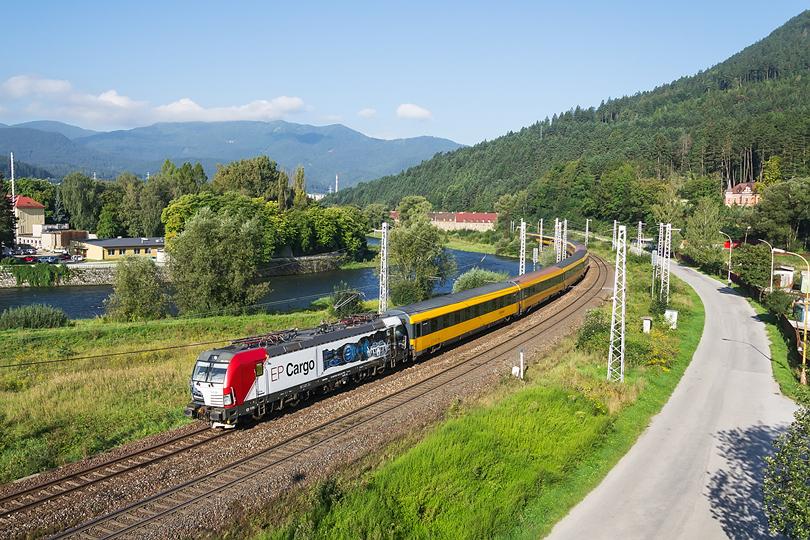 Príjemným spestrením prevádzky na hlavnej trati bolo nasadenie Vectrona EP Cargo 193.823 na vlakoch RegioJet. V horúce augustové ráno prechádza Ružomberkom. 25.08.2016