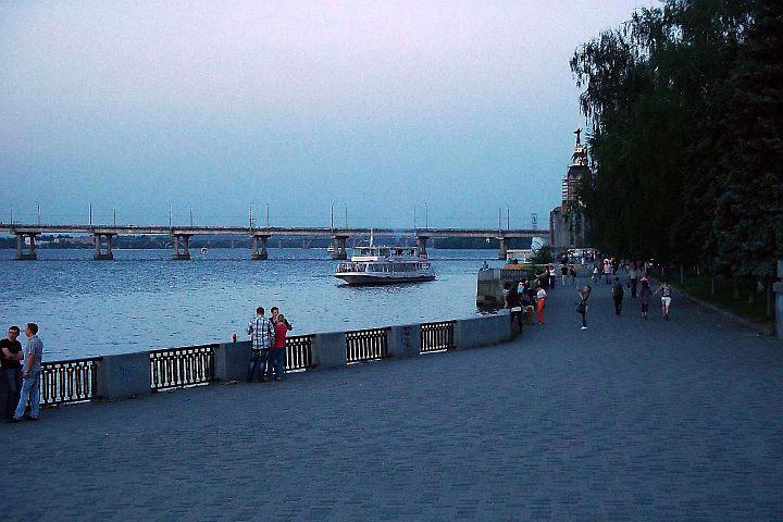 Z prístavu vyhliadkových lodí práve začína plavbu jedna z lodí svoj okruh na večernej rieke Dneper.