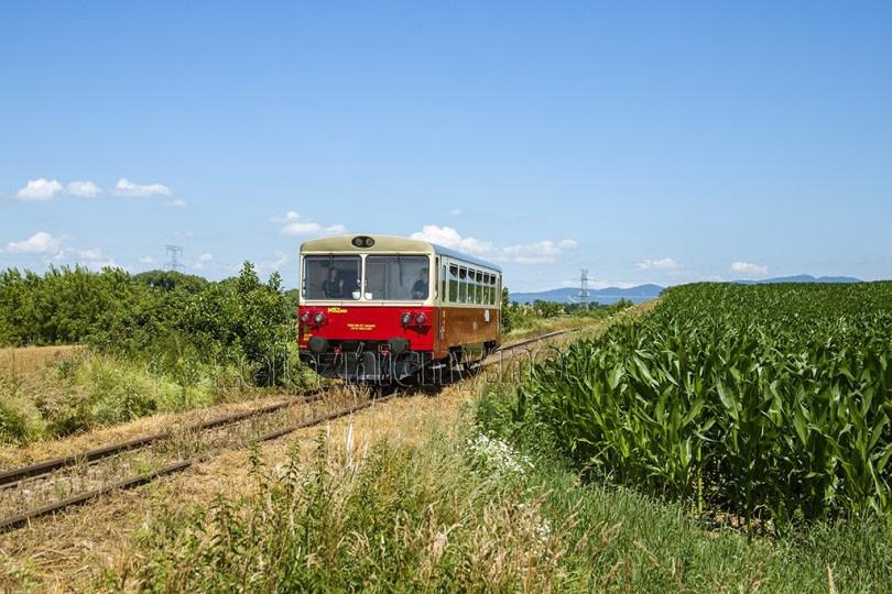 Motorák opustil dopravňu Kapince a smeruje cez Biskupovú do obce Malé Ripňany.