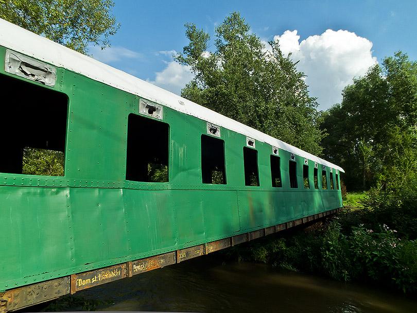 Bočný pohľad aj z druhej strany. Spodný rám vagónu by sa mal donatierať.