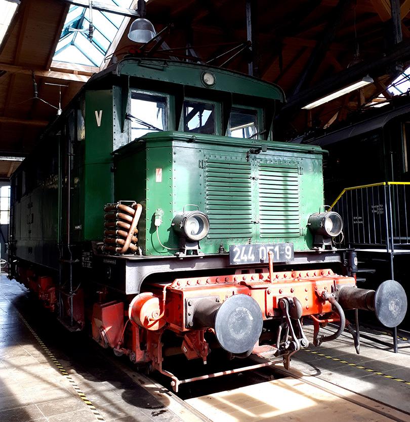 Predné stanovište lokomotívy 244.051-9 pôvodného označenia E44.051