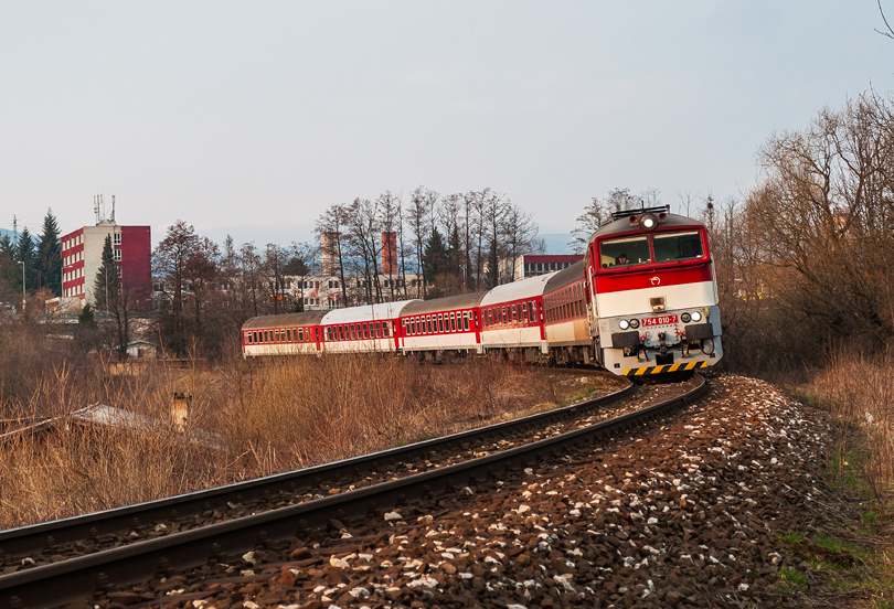 754 010 s vlakom Zr 1851 prechádza Majerom do Banskej Bystrice na hlavnú stanicu.22.3.2015..