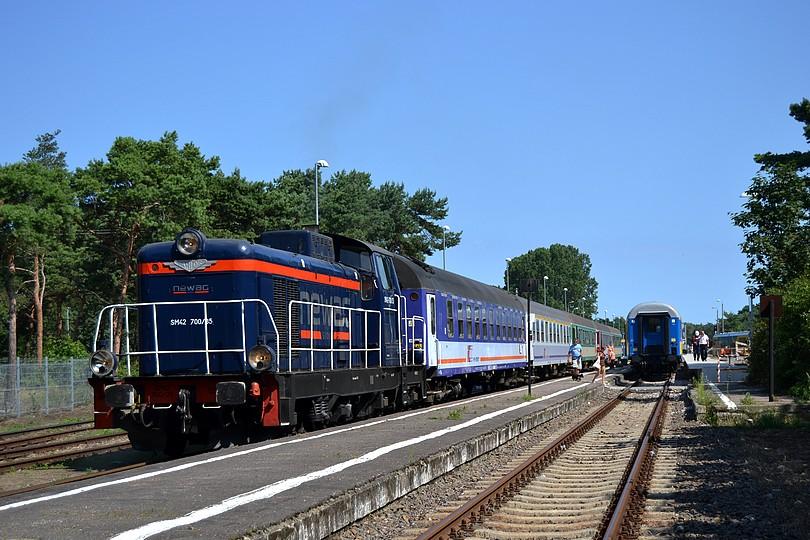 prenajatá stonka SM42-700 od NEWAG-u zastavila s nočným rýchlikom TLK 65261 Rozewie v cieľovej stanici Hel, 17.7.2014