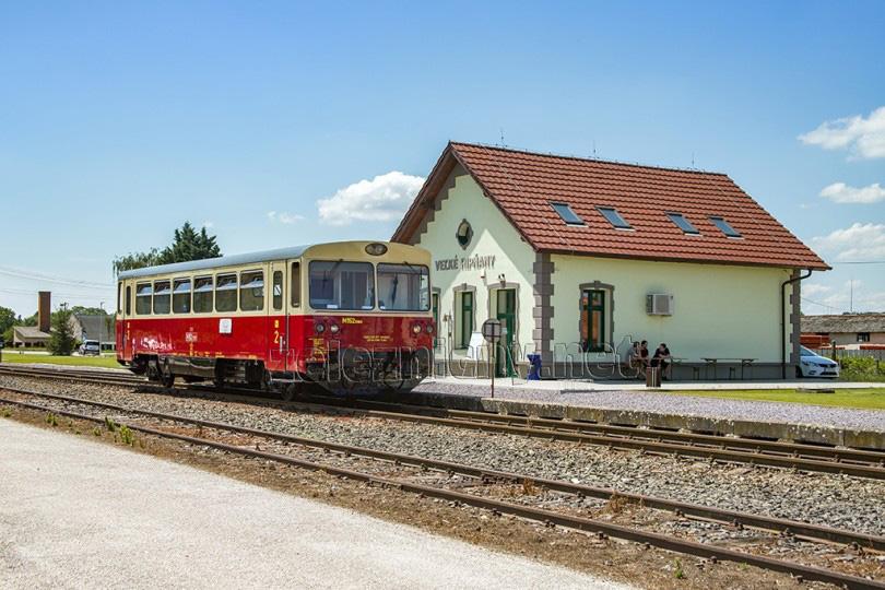 Vlak zastavil v obci Veľké Ripňany, kde bola v minulom roku zrekonštruovaná staničná budova. Oprava bola prevedená za pomoci obce a fondov EU za účelom zriadenia Komunitného centra